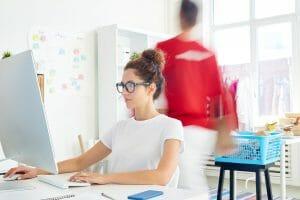 Persona seduta davanti al computer e alla ricerca di nuove idee in rete